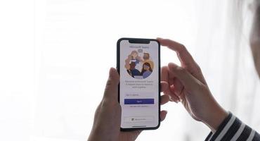 chiang mai, tailandia 2021: un empleado que trabaja desde casa está descargando las redes sociales de microsoft teams foto