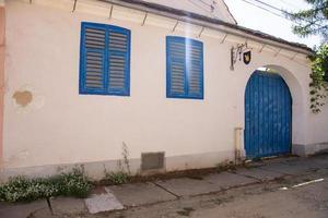 biertan, sibiu, rumania, la fachada de una casa, puerta azul foto