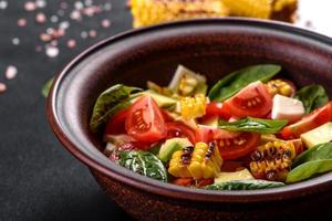 deliciosa ensalada fresca con tomates, aguacate, queso y maíz a la parrilla foto
