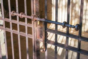 puerta de barra de metal medieval antiguo foto