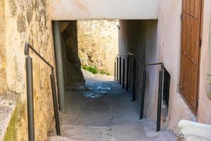 Pasaje de piedra en las calles de una ciudad medieval. foto