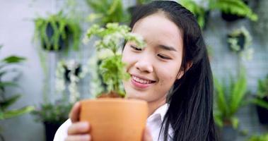 mulher parecendo feliz com uma planta video