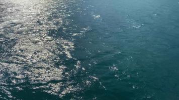 sfondo con la superficie dell'acqua del mare in movimento. video