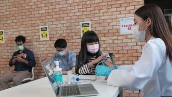 médico que controla la salud de la niña antes de la vacunación. video