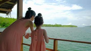 touristes asiatiques mère et fille vêtues de la même couleur sur le radeau. video