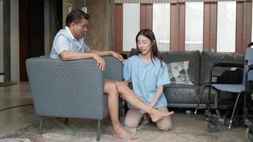 Uma fisioterapeuta está ajudando e reabilitando um homem com deficiência. video