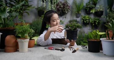 femme regardant une plante après la taille video