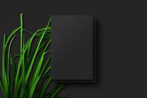 tarjetas de visita verticales en el fondo de papel con textura negra. foto