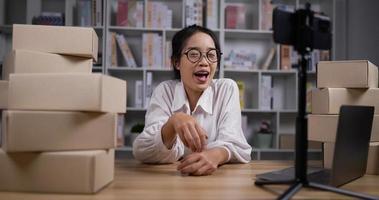 kvinna som chattar över ett videosamtal på en smartphone video
