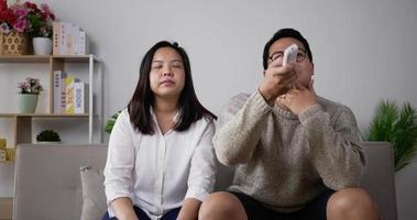 Jeune couple se disputer à distance dans le salon video