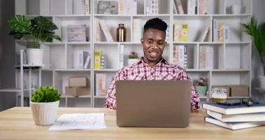 glücklicher Mann trinkt Bier und nimmt einen Videoanruf auf dem Laptop an video
