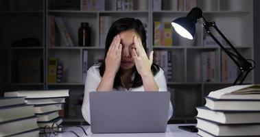 jeune femme travaillant à domicile surcharge la nuit video