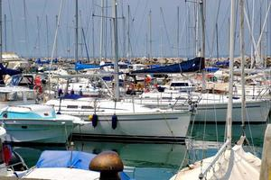 vista de verano del puerto deportivo de trieste, mar adriático. foto