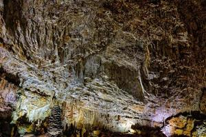 el interior de la famosa cueva kárstica del gigante en trieste, italia. foto