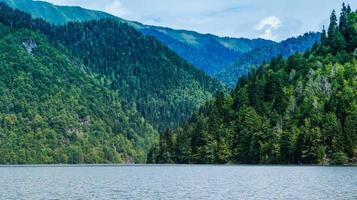 paisaje natural con lago ritsa y hermosas montañas foto