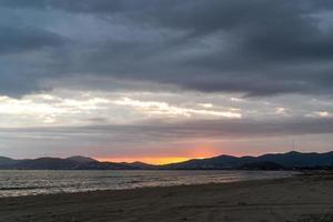 paisaje marino con vistas a la playa y al atardecer. foto