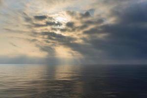 paisaje marino en tiempo nublado y brumoso foto