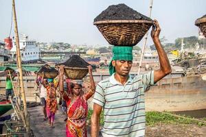 amen bazar, dhaka, bangladesh, 2018: hombres y mujeres que trabajan duro para ganar dinero. foto