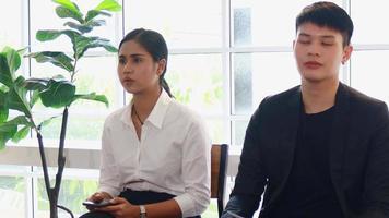 une nouvelle génération de jeunes hommes d'affaires s'assoit et attend des entretiens d'embauche video