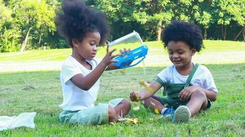 garçon et fille assis dans le parc et souriant joyeusement. video