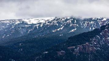 escena del paisaje de la montaña azul cubierta por la nieve. foto