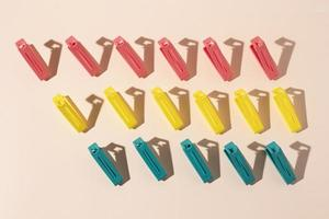 Composición de objetos de plástico no ecológicos. foto