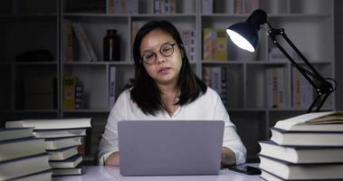 femme travaillant à domicile surcharge de travail video