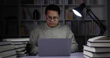 jeune homme travaillant à domicile la nuit video
