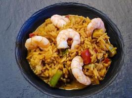camarones y verduras picantes con arroz al curry foto