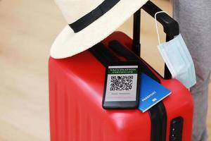 nuevo concepto normal. teléfono inteligente con un pasaporte de salud digital inmune foto