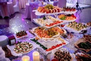 atractivo conjunto de canapés con verduras, queso, frutas foto