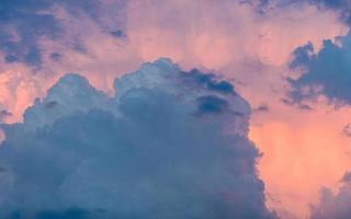 tiempo tormentoso. espectacular cielo al atardecer con nubes de tormenta foto