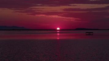 tramonto in mare sulla rotta migratoria dei fenicotteri video