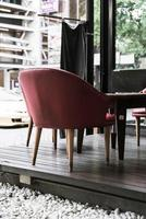 Silla roja y mesa en café - filtro de efecto vintage foto