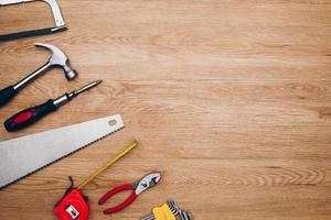 herramientas de trabajo sobre fondo de madera. vista superior foto