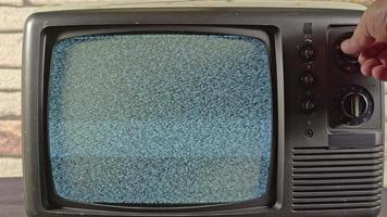 recherche d'une chaîne sur une vieille télé video