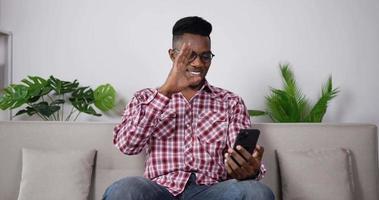 knappe man chatten met vriend in app op smartphone video