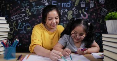 mère et petite fille dessinant et peignant ensemble video