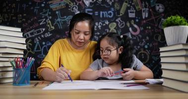 mère et jeune fille dessinant et peignant ensemble video