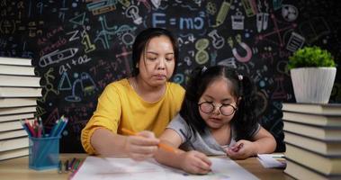 jeune mère et petite fille dessinant ensemble video