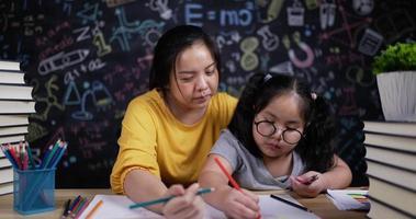 heureusement jeune mère et petite fille dessinant et peignant ensemble video