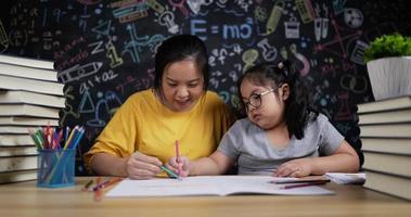 jeune mère et une petite fille dessinant et peignant ensemble video
