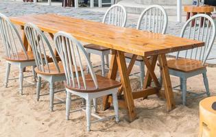 silla y mesa vacías foto