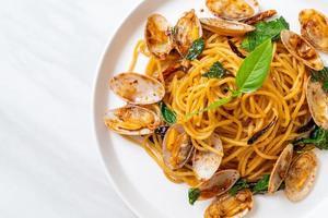 espaguetis salteados con almejas, ajo y guindilla foto