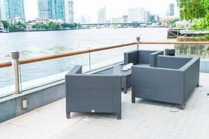 patio al aire libre con silla y mesa foto