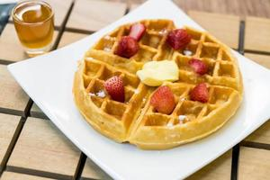 gofre de mantequilla con miel y fresa - postre foto
