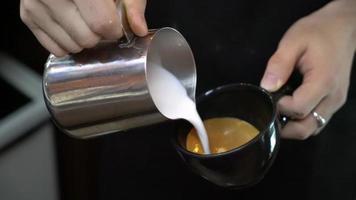 Making art latte coffee video