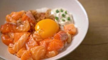 riz japonais au saumon frais oeuf cru et mariné video