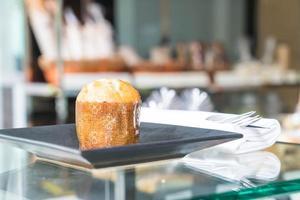 Pastel de muffin en un plato en el café foto