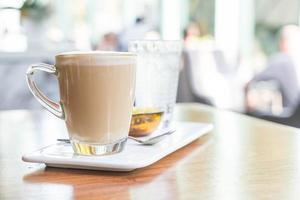 Taza de café con leche caliente en la cafetería. foto